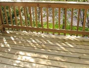 Небольшая деревянная терраса с ограждением. Строим своими руками