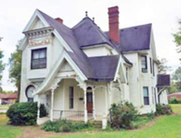Какой дом построить: кирпичный или деревянный