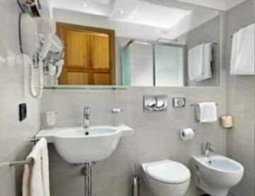 Чем отделать стены в ванной: альтернативы плитке
