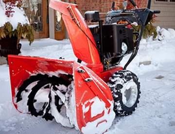 Компактный снегоуборщик очищает всю парковку и дорожки к ней