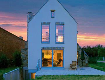 Дом на узком участке может быть удобным и эстетичным