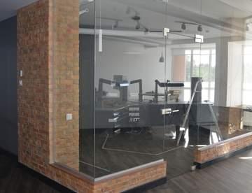 Сферы использования стационарных стеклянных перегородок