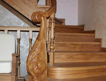 От чего зависят цены на деревянные и комбинированные лестницы
